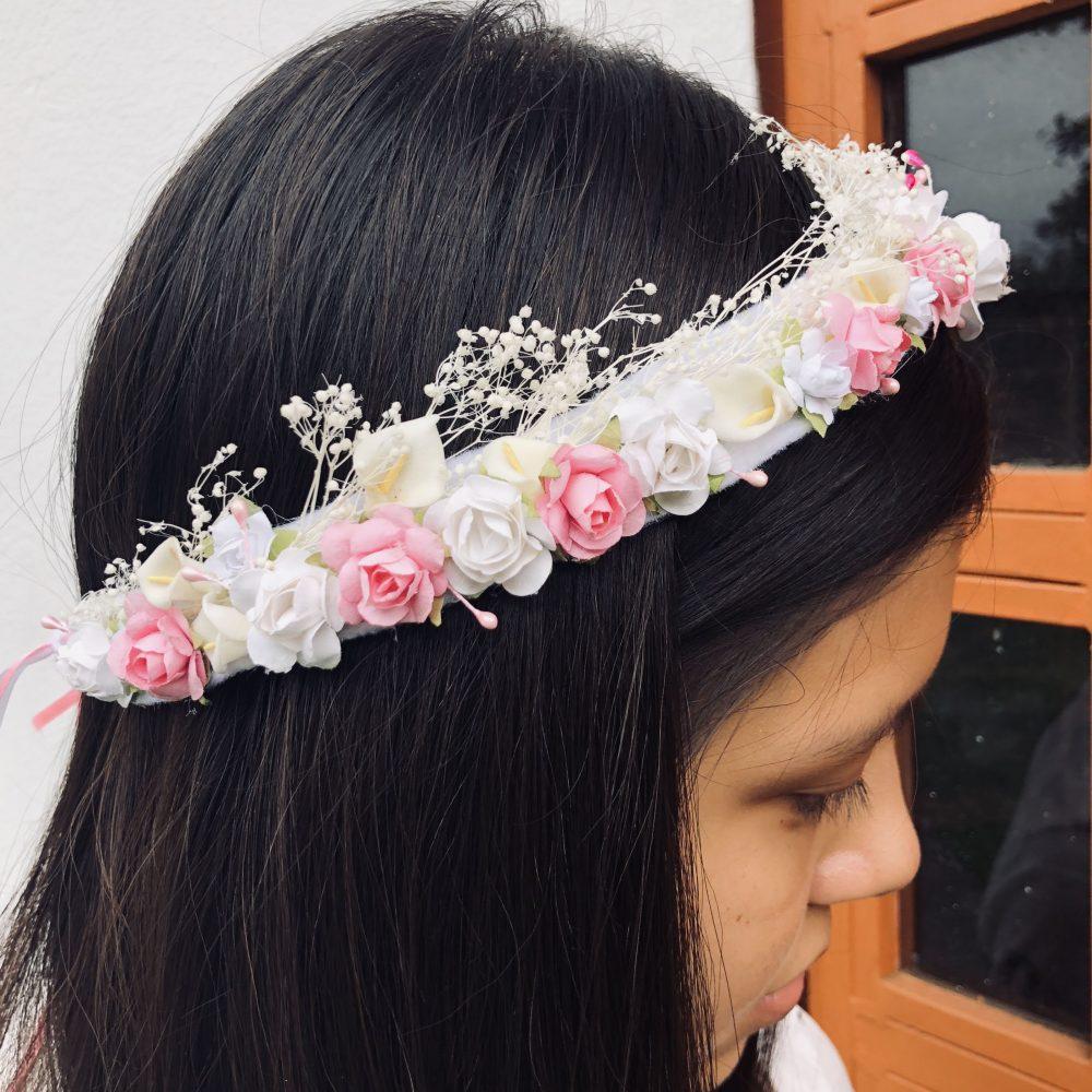 Corona Blanca y Rosada con Flores