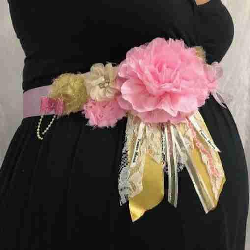 Cinturón Maternal de Flores Dorado y Rosado