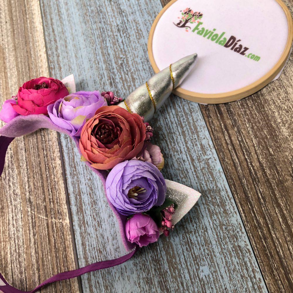Vincha Unicornio Plateada con Flores Rosadas y Lila